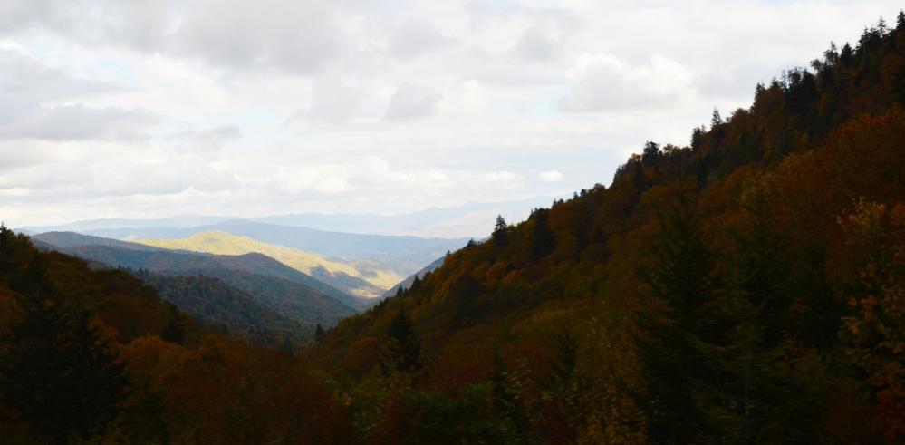 Rặng núi này sẽ đẹp hơn khi nắng ngoài kia chiếu tới.