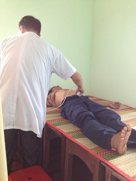 13. Bệnh nhân đang được siêu âm
