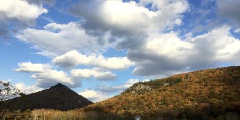 Trời xanh, mây trắng, núi nâu, đá xám.