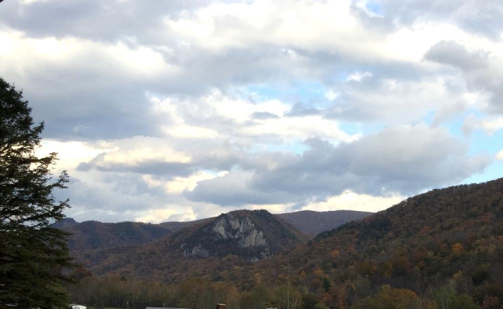 Seneca Rocks ẩn hiện từ xa.