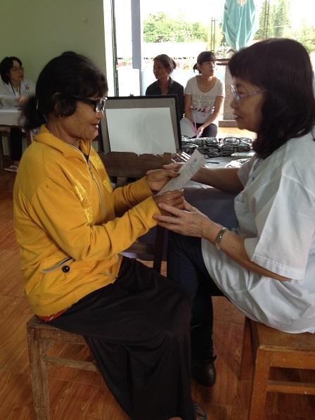 15. Bệnh nhân nhận đơn thuốc