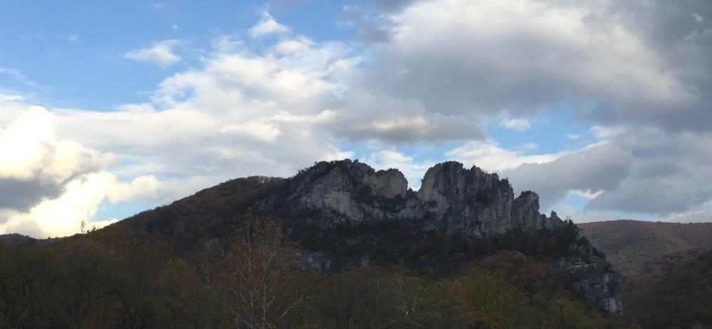 Seneca Rocks dưới mây mù.