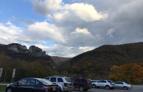 Seneca Rocks đây rồi. Vào bãi đậu xe cái đã.