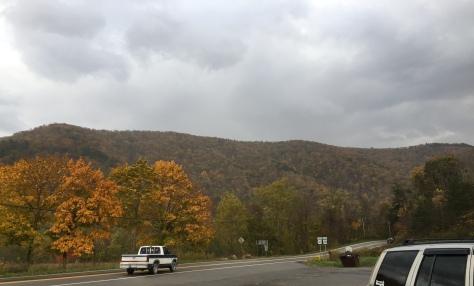 Mây đen kéo đến tới tấp. Hình như trời sắp có mưa bão.