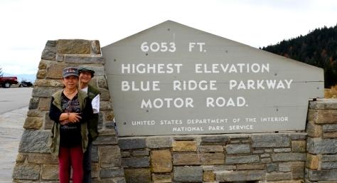 """Điểm cao nhất trên Blue Ridge Parkway. Cao 1845m. Theo trên bảng thì tấm bảng này do Cục Công Viên Quốc Gia của Bộ Nội Vụ dựng, và các quý vị gọi tên con đường này đầy đủ là """"Blue Ridge Parkway Motor Road"""", dịch sang tiếng Việt sẽ là """"Đường Lái Xe Của Đường Công Viên Blue Ridge"""", nghe rất lọng cọng; nhưng qúy vị viết như vậy vì song song với con đường dành cho xe ô tô cùng tất cả mọi loại xe và người đi bộ này còn có con đường mòn nhỏ tên là """"The Appalachian Trail"""" chạy dọc trên đỉnh Appalachian, dành riêng cho người đi bộ (hikers) và xe đạp, dài khoảng 3.500 km."""