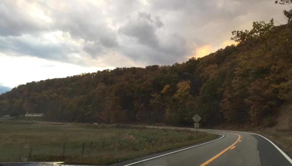 Trên đường về nhà. Hoàng hôn sau đỉnh núi.
