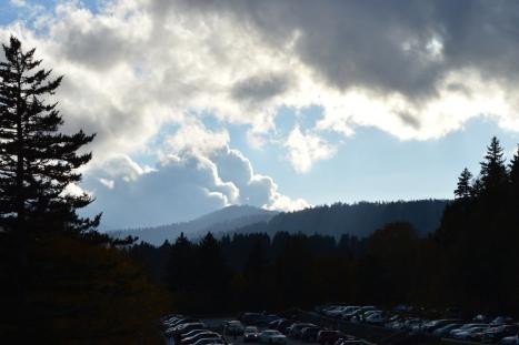 Nhìn qua bên phải. Lại có đám mây đen từ đâu kéo tới.