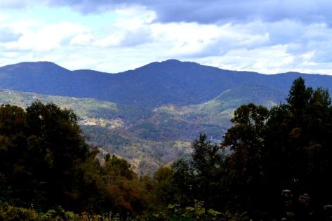 Chổ này có nhiều cư dân sống bên triền núi.