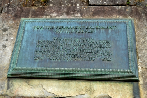 Plaque thông tin về nguồn gốc lịch sử đóng góp xây dựng Công Viên Quốc Gia Great Smoky Mountains.