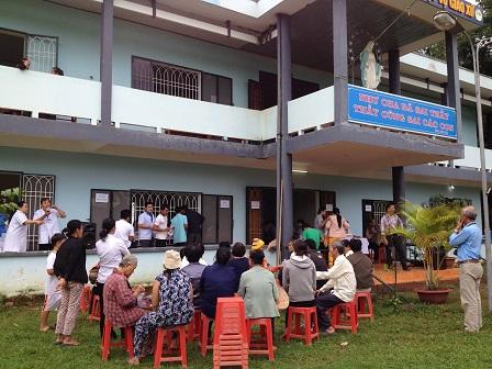25. Quang cảnh trước nhà sinh hoạt của giáo xứ trong ngày khám bệnh từ thiện