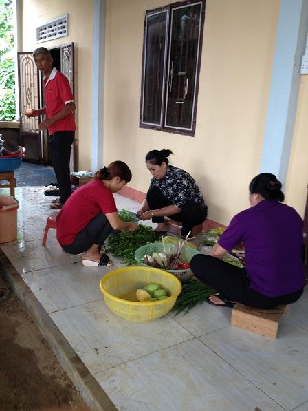 27. Các mẹ trong giáo xứ chuẩn bị bữa cơm trưa cho đoàn khám bệnh từ thiện.
