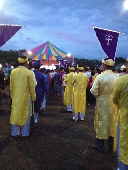 1/ Đoàn rước trước thánh lễ tại nghĩa trang giáo xứ Bù Đăng _ Gp. Bmt, Chiều ngày 02 tháng 11 năm 2016.