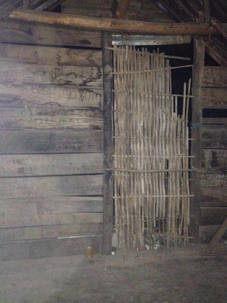 Cánh cửa nhà của gia đình bố mẹ Láp