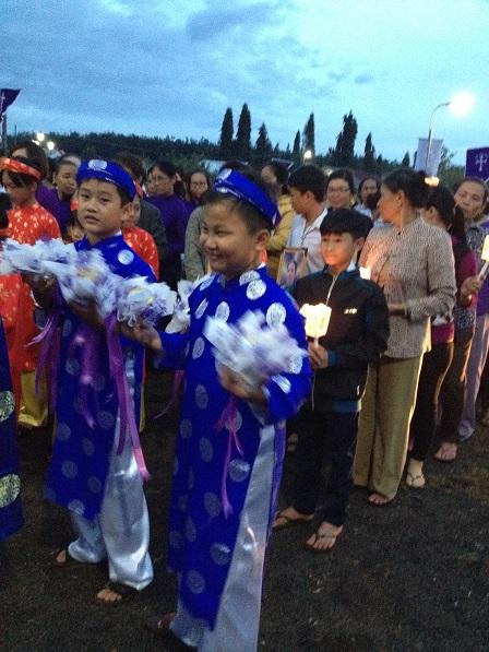 2/ Các em nam rất vui khi được múa trong ngày giáo xứ Bù Đăng _ Gp. Bmt. Cử hành nghi thức Tri ân Tiền nhân ngoài nghĩa trang chiều 02 tháng 11 năm 2016.