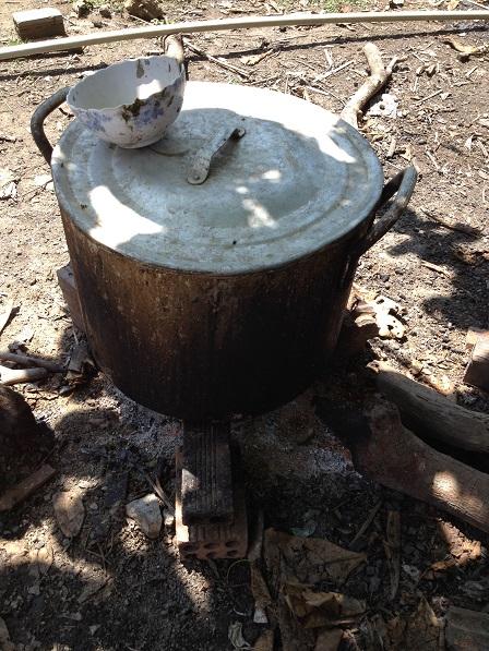 Bếp nấu căm heo của gia đình mẹ Nhang ở thôn Một.