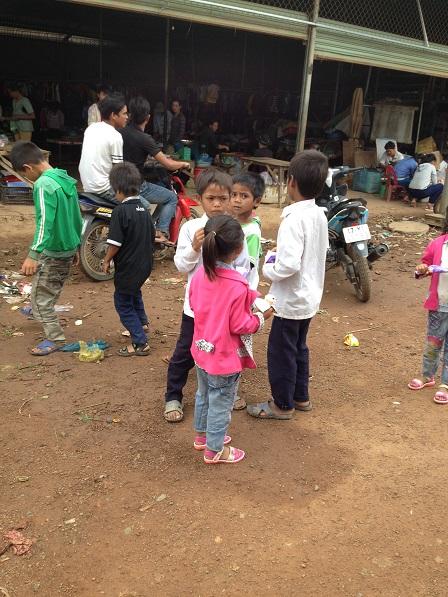 Ảnh các em nhỏ trước chợ Buôn Làng lúc 9g00 sáng Chúa nhật.