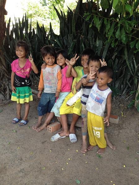 Các em nhỏ chơi vui vẻ trước sân nhà mẹ Phan