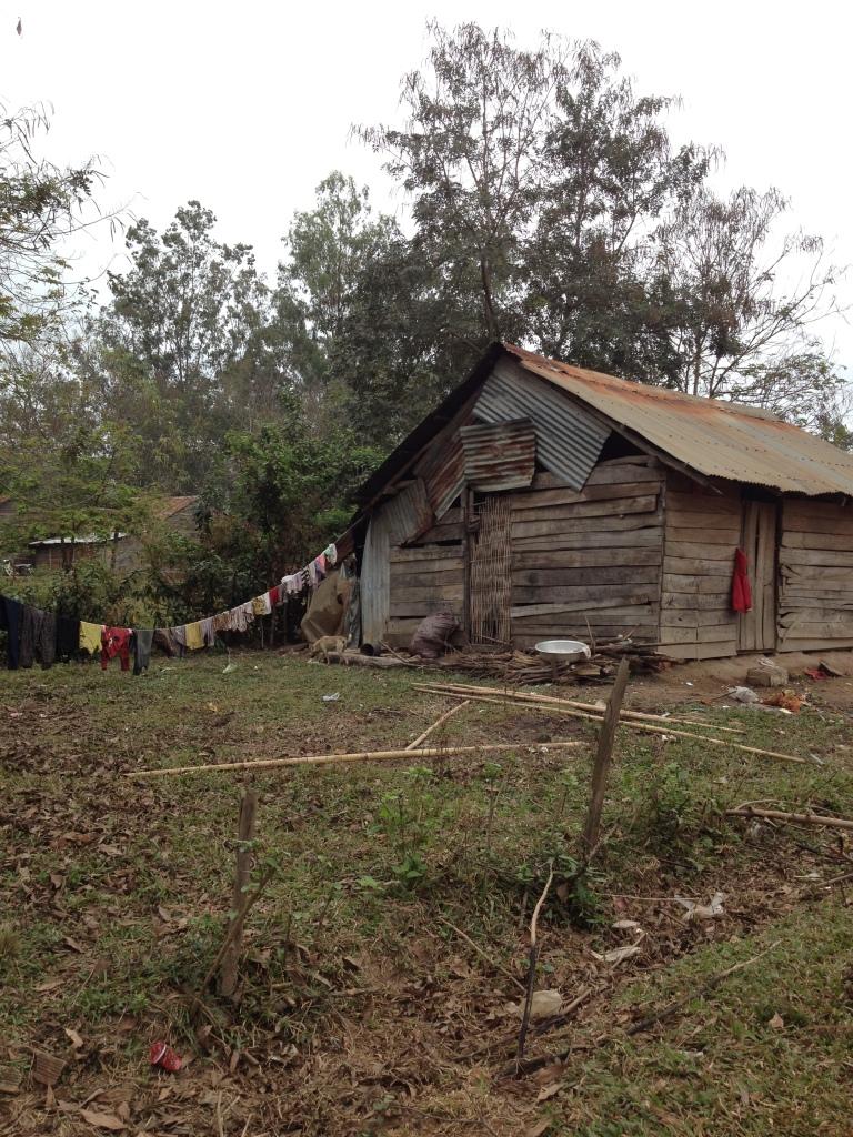 Ảnh căn nhà và dây phơi quần áo của gia đình bố mẹ Vát ở thôn Hai.