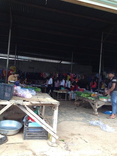 Quang cảnh chợ Buôn Làng sáng Chúa nhật.