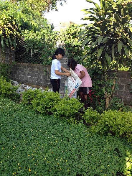 1/ Em Razen và em Aidi dọn rác ngoài vườn