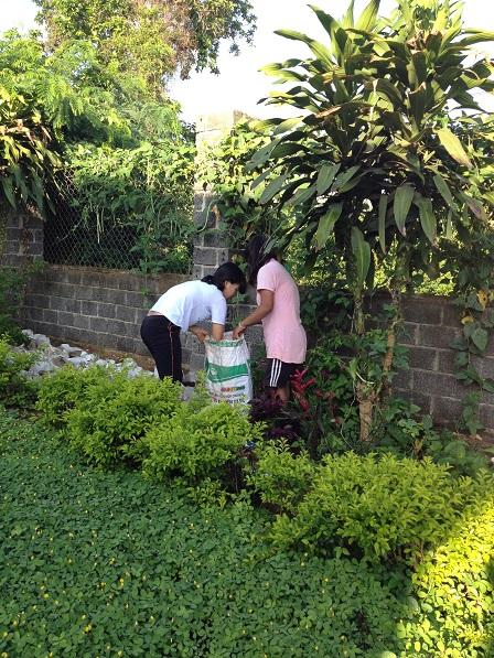 2/ Em Razen và em Aidi cho rác vào bao để xe rác đến mang đi đổ.
