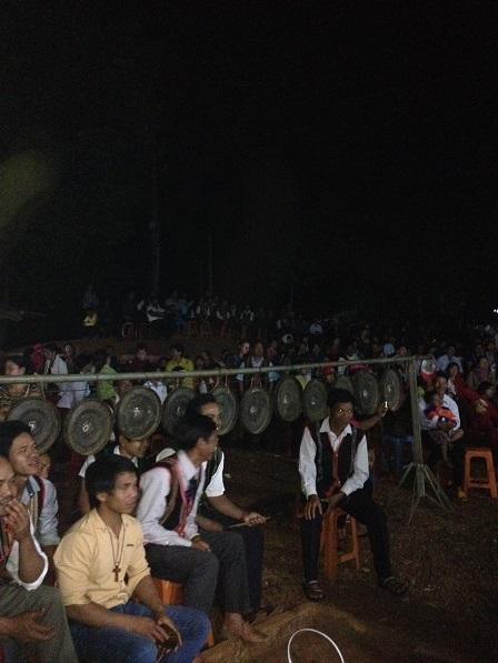 37_Sau Canh Thức Mừng Chúa Giáng Sinh, anh em đồng bào chuẩn bị tham dự Thánh lễ đêm Mừng Chúa Giáng Sinh (1)