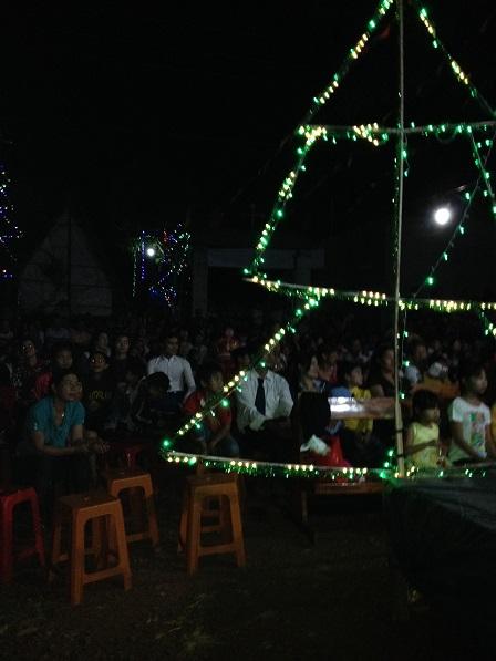 39_Anh em đồng bào chuẩn bị tham dự Thánh Lễ đêm ngoài trời