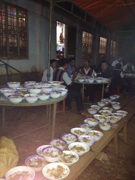 40_Chuẩn bị 800 tô bún cho anh em đồng bào ăn sau Thánh lễ đêm (1)