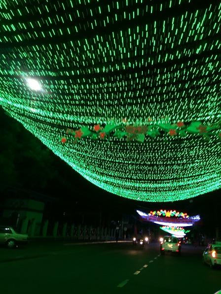 Con đường Trần Hưng Đạo của Tp. Gialai luôn được trang trí bởi thảm đèn màu xanh, trắng.