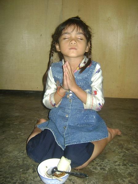 Ảnh em Thia con bố mẹ Thar ở thôn Năm cầu nguyện trước bữa ăn _ Buôn Hằng