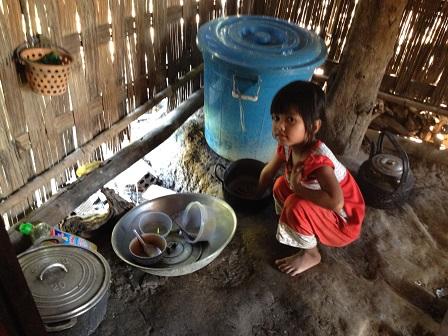 Ảnh em Thia ở thôn Năm trong gian nhà: Vừa nhà khách, vừa nhà ngủ và vừa nhà bếp của gia đình _ Buôn Hằng