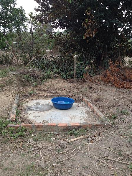 1/ Ảnh một khoảnh xi-măng nhỏ sau vườn là nơi rửa chén và giặt áo quần của gia đình mẹ Sót.