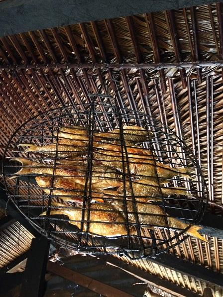 Một cách phơi cá tươi để dành của bà nội Nguyệt ở sóc Bù Dố _ Bù Đăng. Và mái nhà bếp của bà nội Nguyệt được lợp bằng lá dừa, những sóng của lá dừa được sắp xếp rất đẹp.
