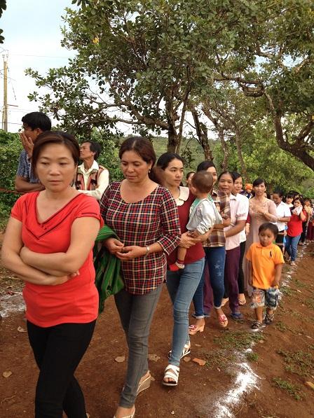 Giáo dân ở giáo họ Bụi Tre – Bù Đăng, đi rước trước khi tham dự thánh lễ.