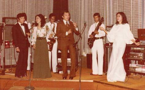 Ca sĩ Cathy Huệ_Từ trái sang phải - Jo Marcel, Thanh Lan, Elvis Phương, Cathy Huệ tại Dancing Club Majestic, Nouméa (Tân Đảo), Nouvelle-Calédonie thuộc Pháp ngày 24-12-1974.