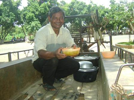 Ảnh bố Kchia ở thôn Tư chở thức ăn trên xe công nông đến nhà thờ giáo xứ, trong ngày lễ bổn mạng của các mẹ _ Buôn Hằng