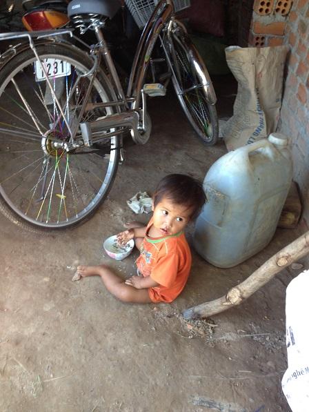 Ảnh người con trai nhỏ nhất của bố mẹ San ở thôn Năm đang ăn sáng _ Buôn Hằng