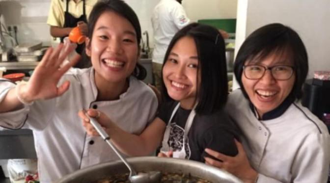 Làm phụ bếp: Khiêm tốn, tập trung và học làm việc nhóm