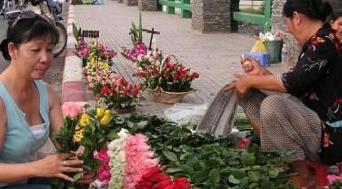 """Tháng 6, nhớ """"Cơn lốc màu hoa hồng"""" trên cầu ThịNghè"""