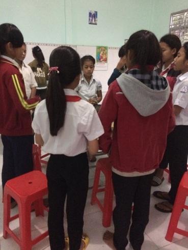 Các em học sinh Lưu trú Bù Đăng đọc Kinh trước khi dùng cơm.