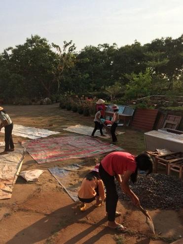 Các em học sinh Lưu trú trong giờ lao động buổi chiều, dọn vệ sinh trước sân nhà Lưu trú Bù Đăng