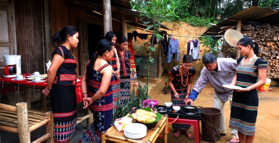 Ông Bình hướng dẫn phụ nữ Cơ Tu cách nấu ăn cho du khách