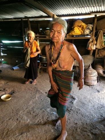 Mẹ Dúc 75 tuổi và mẹ Dông 77 tuổi. Hai chị em sống với nhau trong tuổi già không có con cháu.