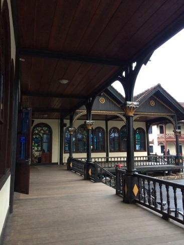 Hành lang bên phải của nhà thờ gỗ Kontum