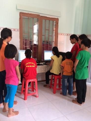 Hai em học sinh lớp Sáu đang học vi tính trong giờ ôn học bài tại nhà Lưu trú Bù Đăng