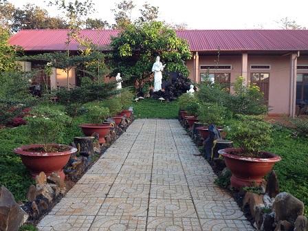 Khuôn viên tượng đài Đức Mẹ trước nhà cộng đoàn các Pi ở Bù Đăng
