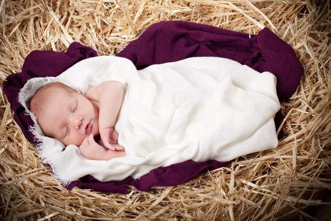 Bé thánh, bé hèn – Infant holy, infant lowly