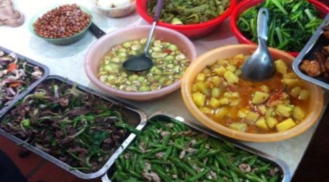 Bữa cơm bình dân đường phố