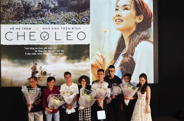 Ca sĩ tặng hoa cho ekip cùng thực hiện MV