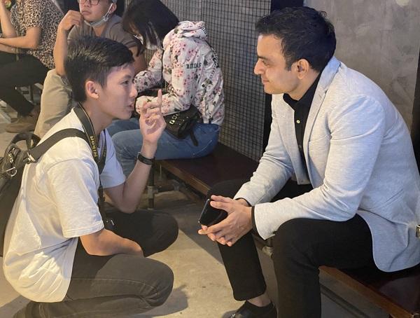 PV nhí Thiên Hải trò chuyện với anh Vikas Chaudhary phu quân của ca sĩ
